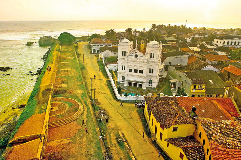 Daredevil Diving off the Majestic Fort of Galle | Thuppahi ...