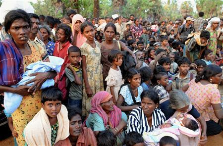 Civilians arrive at the village of Putumatalan in Puthukkudiyirippu, northern Sri Lanka April 22, 2009 after fleeing an area still controlled by the Liberation Tigers of Tamil Eelam (LTTE) in the 'No Fire Zone'. REUTERS/Stringer
